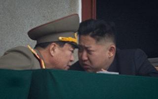 聯合國安理會週五(6月2日)宣布擴大對朝鮮的制裁,朝鮮做出回應。圖為朝鮮金正恩2012年4月跟一個朝鮮軍方領導人密談。(Ed Jones/AFP/Getty Images)