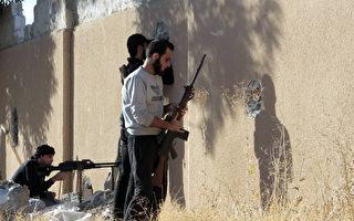 美国支持的叙利亚民主力量在拉卡攻击伊斯兰武装分子(IS)的战斗,取得进一步进展,从IS手中夺回了拉卡的一个名为al-Qadisia的地区。(Photo credit should read MOHAMMED ABDUL AZIZ/AFP/Getty Images)