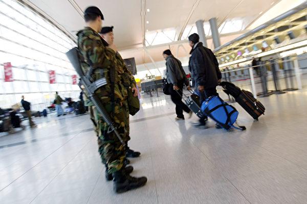 針對朝鮮自稱三名外交代表的行李被美國強行沒收的指控, 6月18日,美國國土安全部回應說,三名涉事朝鮮公民並非駐聯合國代表團成員,他們攜帶的文件和包裹不受外交豁免權保護,必須接受檢查。圖為JFK機場。 (Spencer Platt/Getty Images)