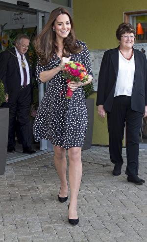 凱特走訪倫敦的布魯克希爾兒童中心時,穿了一件68澳元的ASOS孕婦裙。(Alex Lentati - WPA Pool/Getty Images)