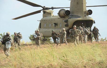"""代号为""""幽灵特遣队""""的美军第一史特莱克旅级战斗队目前已进驻朝鲜半岛。图为2015年4月20日,美军第5步兵师第2史特莱克旅级战斗队在菲律宾的一次空袭演习中。(TED ALJIBE/AFP/Getty Images)"""