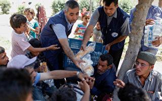美國國務院於2017年6月22日聲明,川普政府決定派一支小型人道救援團體進入敘利亞,在聯軍即將收復拉卡之前,於「後伊斯蘭國地區」執行人道救援任務,協助難民重返家園。本圖為敘利亞難民湧入鄰國的土耳其難民營。(Gokhan Sahin/Getty Images)