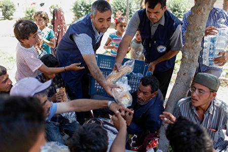 """美国国务院于2017年6月22日声明,川普政府决定派一支小型人道救援团体进入叙利亚,在联军即将收复拉卡之前,于""""后伊斯兰国地区""""执行人道救援任务,协助难民重返家园。本图为叙利亚难民涌入邻国的土耳其难民营。(Gokhan Sahin/Getty Images)"""