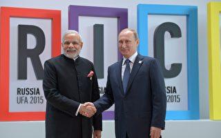 印度總理莫迪和俄國總統普京週四共進晚餐,深化雙方關係,專家認為,兩人的目的是為了制衡中共。(Sergey Guneev/Host Photo Agency/Ria Novosti via Getty Images)