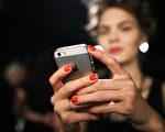 7月1日開始,顧客在購買預付費手機卡需要證明身分。(Joern Pollex/Getty Images)
