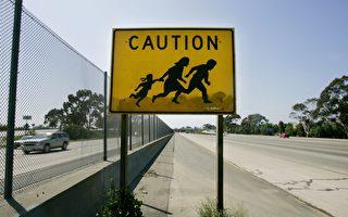 川普旅行行政令近期或在高院开始审理。图为5月13日的美墨边境处,一个警示牌显示,这个路段常有行人穿越。 (Sandy Huffaker/Getty Images)