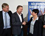 近日,反歐元的選項黨(AfD)在默克爾選區舉辦競選演講,其首席候選人Leif—Erik Holm(左二)意在與默克爾競選「直選議員」。Holm也是梅前州州議會的選項黨黨團主席。(ODD ANDERSEN/AFP/Getty Images)