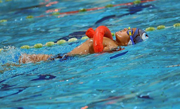 2016年11月22日,祖菲克在萨拉热窝的Spid游泳俱乐部,轻松从泳池起点游到终点。两周后的12月3日即是联合国国际残障日。在波斯尼亚,10人中就有一人为残障人士。(ELVIS BARUKCIC/AFP/Getty Images)