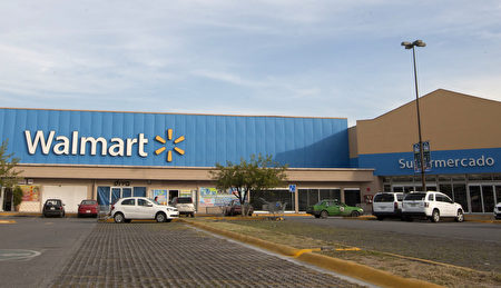 亞馬遜週五宣布收購連鎖店全食超市,分析師認為,這意味著它和大型實體零售商沃爾瑪的競爭,已進入白熱化的戰局。(JULIO CESAR AGUILAR/AFP/Getty Images)