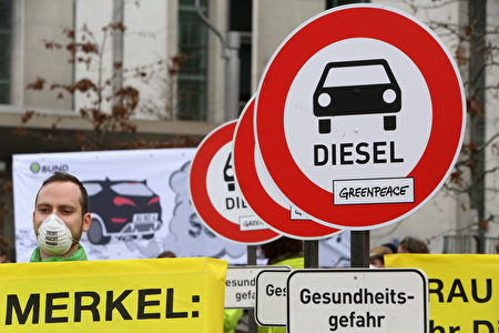 德國越來越多的大城市正在考慮限制柴油車。圖為今年3月綠色和平組織舉行的抗議活動。(Adam Berry/Getty Images)