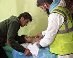 4月4日敘利亞的伊德利卜省(Idlib)爆發化學武器攻擊,造成多名兒童、平民喪生。圖為遭到襲擊的兒童失去知覺。(OMAR HAJ KADOUR/AFP/Getty Images)