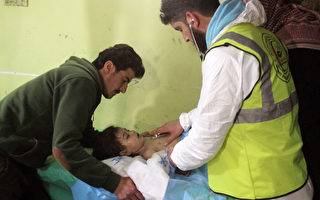 4月4日叙利亚的伊德利卜省(Idlib)爆发化学武器攻击,造成多名儿童、平民丧生。图为遭到袭击的儿童失去知觉。(OMAR HAJ KADOUR/AFP/Getty Images)