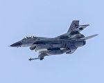 一架F-16战斗机周三(6月21日)从休斯顿空军基地起飞时坠毁,促使当局疏散一英里以内的人员。图为同款飞机。( JACK GUEZ/AFP/Getty Images)