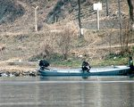 中朝邊境鴨綠江邊的朝鮮人。(JOHANNES EISELE/AFP/Getty Images)