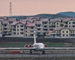 《纽约时报》记者史密斯(Craig S. Smith)撰文表示,他在2015年4月,带着十多岁儿子到朝鲜旅行,现在回想起来,他也犯了和美国大学生瓦姆比尔一样的错误:对朝鲜共产党政权的想法太天真了。(ED JONES/AFP/Getty Images)