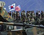 """瓦姆比尔去世以及朝鲜再测试火箭引擎后,美军加速部署,喊出""""准备今晚开战""""口号;中方相应在东北边境部署空降兵;这意味着美中等各方对朝鲜军事行动的部署已在进行之中。日本战后70多年来,与美方关系密切的日本政府首次出面播放朝鲜导弹袭击避难公告;进一步佐证了朝鲜半岛战争危机或迫在眉睫。(JUNG YEON-JE/AFP/Getty Images)"""