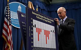 加州州長布朗在5月召開的一次記者會上展示預算提案。(Justin Sullivan/Getty Image)