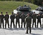 """2017年5月7日至12日,在德国南部城市Grafenwöhr举办了""""坚强欧洲战车挑战赛"""",法国、德国、美国、奥地利和乌克兰等国参加。图为德国士兵站在""""猎豹""""坦克前。(CHRISTOF STACHE/AFP/Getty Images)"""