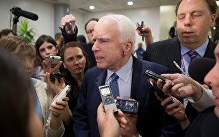 5月18日,国会议员麦肯恩在参加一个有关科米被解职的会议后,被记者提问。(Tasos Katopodis/Getty Images)