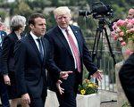 白宫高级官员周三(6月28日)表示,美国总统川普(Donald Trump,特朗普)已接受法国总统马克龙(Emmanuel Macron)的邀请,于7月14日法国国庆日期间,访问巴黎。图为今年5月,两人在意大利G7峰会上交谈。(STEPHANE DE SAKUTIN/AFP/Getty Images)