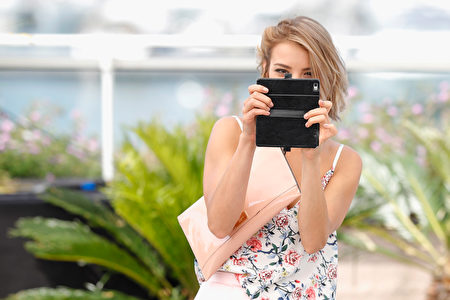 """CANNES, FRANCE - MAY 26: Actresses Borisleva Stratieva takes a mobile phone photo at the """"Posoki"""" photocall during the 70th annual Cannes Film Festival at Palais des Festivals on May 26, 2017 in Cannes, France. (Photo by Andreas Rentz/Getty Images)"""