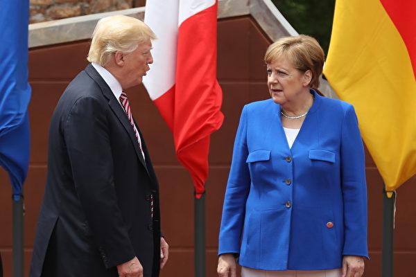 川普一旦决定退出巴黎气候协议,美国的内政和外交上或将受到许多影响。图为5月26日在意大利西西里岛,川普和德国总理默克尔在G7峰会的与会者合影时交谈。(Sean Gallup/Getty Images)