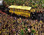2017. / AFP PHOTO / Sascha Schuermann        多特蒙德赢得德国杯胜利后,25万球迷上街庆祝,约700名警察维持秩序。(SASCHA SCHUERMANN/AFP/Getty Images)
