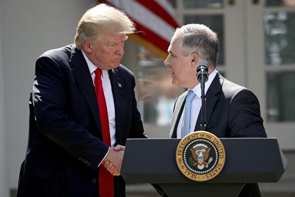 国总统川普(特朗普)6月1日宣布退出巴黎气候协议,引发全球轰动。图为川普和环保局长普鲁特(右)。(Photo by Win McNamee/Getty Images)