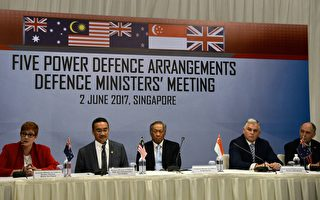 澳大利亚、新西兰、英国、马来西亚和新加坡本周末重新启动五国防御协议。官员说他们希望更好的连接新军事能力,并且加强反恐努力和军事安全。 (TOH TING WEI/AFP/Getty Images)