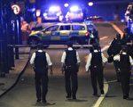 6月3日晚伦敦再次遭遇恐袭。美国总统川普表示美国准备随时向英国提供帮助。他同时敦促美国最高法院对由他签署的旅游禁令尽快做出裁决,予以放行。图为伦敦发生恐袭后,警方在伦敦大桥附近执行任务。(DANIEL SORABJI/AFP/Getty Images)