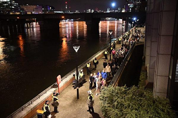 倫敦大橋6月3日晚發生恐襲慘案,一輛麵包車(Van)高速撞向行人。(Carl Court/Getty Images)