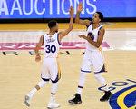 6月4日,金州勇士队以132比113击败骑士队,在NBA总冠军赛中2胜领先。(Ronald Martinez/Getty Images)
