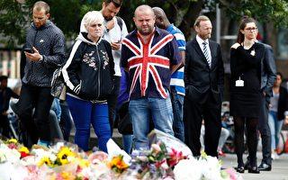 6月5日,人们在伦敦桥南边献上鲜花,悼念恐袭受害者。 ( ODD ANDERSEN/AFP/Getty Images)