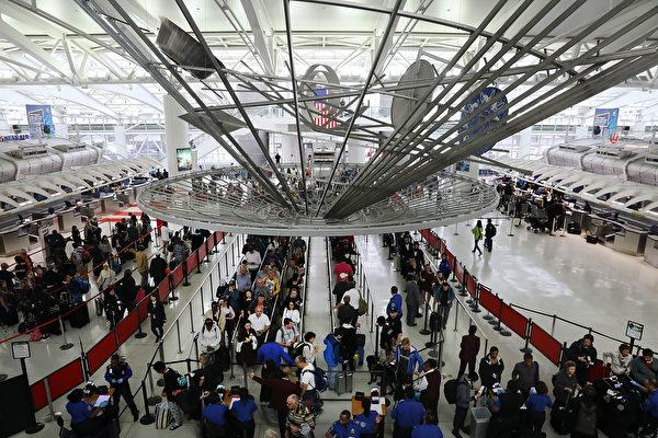 三名朝鮮人6月16日在紐約肯尼迪機場遭到國土安全部人員攔截,被拒絕登機,他們的包裹被沒收。(Spencer Platt/Getty Images)