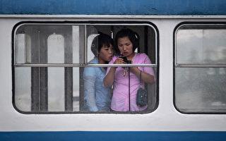 """被欧美称为""""隐秘王国""""的朝鲜一直就有给女性公民洗脑的历史。(Photo credit should read ED JONES/AFP/Getty Images)"""