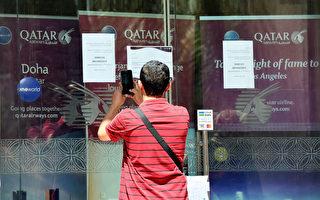 卡塔爾航空機構貼出關門告示。(FAYEZ NURELDINE/AFP/Getty Images)