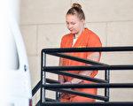 因向媒體洩露國家絕密信息而被司法部起訴的聯邦雇員溫納(Reality Winner)曾在筆記本中寫道,她想去阿富汗。圖為溫納6月8日走出法庭,準備返回監獄。(Sean Rayford/Getty Images)