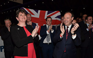 北愛爾蘭民主統一黨(DUP)主席Arlene Foster(左一)和副主席Nigel Dodds 於6月9日在數票點慶祝勝利。(Charles McQuillan/Getty Images)