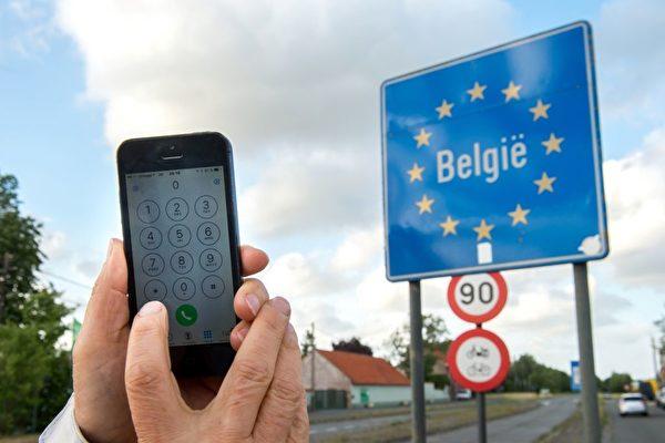 今年夏天,到歐洲大陸旅遊,不用擔心手機漫遊費的問題了。(PHILIPPE HUGUEN/Getty Images)