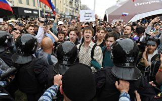 6月12日,俄羅斯上百城市爆發了反對普京政府腐敗的遊行。 (VASILY MAXIMOV/AFP/Getty Images)
