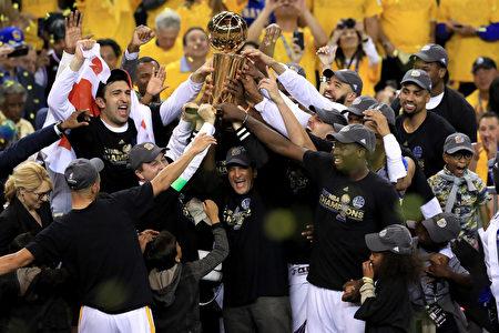 金州勇士队在主场以129比120击败骑士,夺得2017年NBA总冠军。(Ronald Martinez/Getty Images)