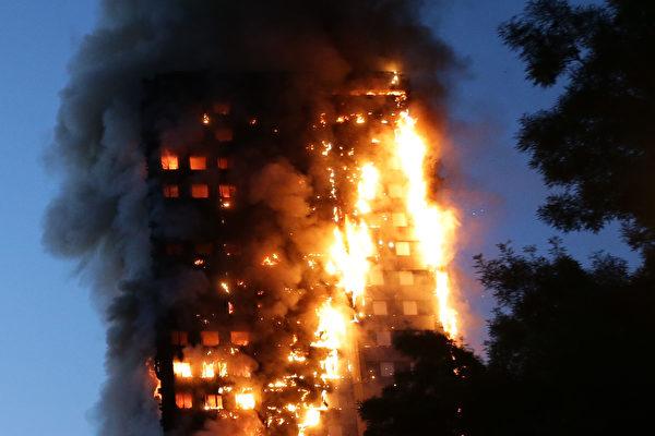 很短时间内,这个24层的居民楼就陷入火海中。(DANIEL LEAL-OLIVAS/AFP/Getty Images)