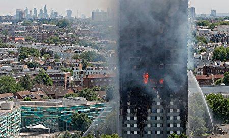 大楼几乎全部烧毁,大火从六楼开始燃烧,15分钟内就烧到了顶层。去年大楼刚刚进行了翻新,外面覆盖了一层以塑料为主要成分的包层。居民认为,这层塑料是大火迅速蔓延的主要原因( ADRIAN DENNIS/AFP/Getty Images)