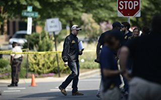 隨著槍聲在弗吉尼亞亞歷山大球場響起,美國國會共和黨人的一次例行棒球練習迅速演變成可怕的景象。( BRENDAN SMIALOWSKI/AFP/Getty Images)