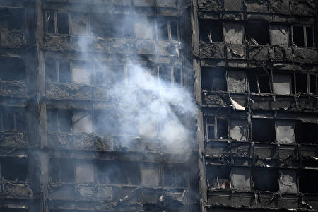 LONDON, ENGLAND - JUNE 14: The fire damaged floors of the 24 storey residential Grenfell Tower block in Latimer Road, West London on June 14, 2017 in London, England. The Mayor of London, Sadiq Khan, has declared the fire a major incident as more than 200 firefighters are still tackling the blaze, while at least 50 people are receiving hospital treatment. (Photo by Carl Court/Getty Images)