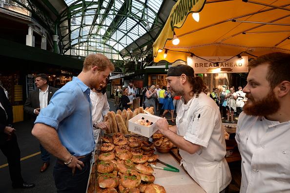 6月初遭遇恐怖襲擊的倫敦Borough Market已經重新開放了。剛開門幾天就迎來了貴客。哈里王子與市場內的商販聊天,還買了一盒甜甜圈。(John Stillwell – WPA Pool/Getty Images)