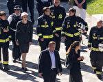 6月15日上午,英國首相梅來到格林菲爾大廈的火災現場。 (Dan Kitwood/Getty Images)