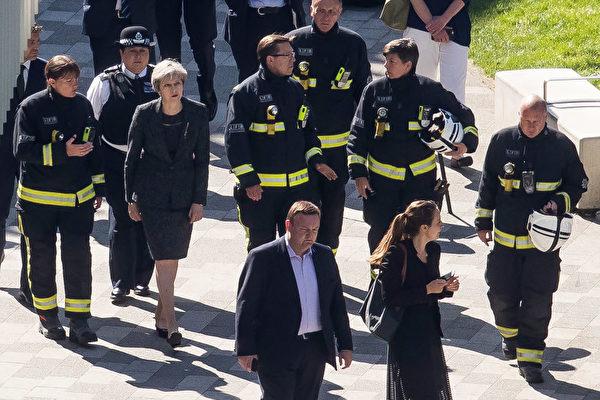 6月15日上午,英国首相梅来到格林菲尔大厦的火灾现场。 (Dan Kitwood/Getty Images)