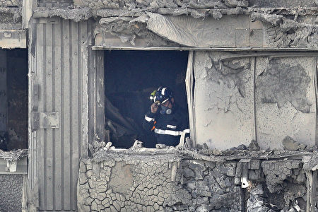 大火过后,消防队员在检查建筑物内部。(Dan Kitwood/Getty Images)