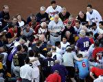 国会棒球赛开赛前,两党议员共同祈祷。(Win McNamee/Getty Images)
